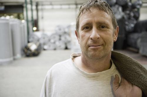 Portrait d'un ouvrier à l'usine qui a terminé sa journée | Philippe DUREUIL Photographie