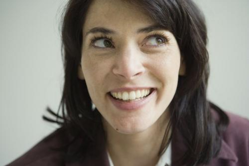 Photo de portrait d'une femme souriante en entreprise | Philippe DUREUIL Photographie