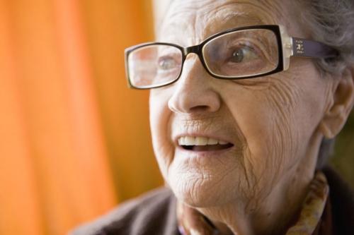Portrait d'une femme âgée souriante | Philippe DUREUIL Photographie