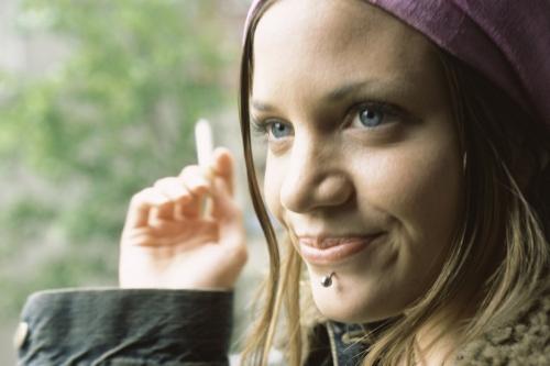 Femme qui fume avec un piercing au menton | Philippe DUREUIL Photographie