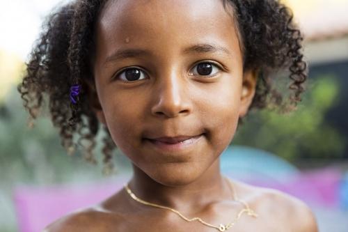 Portrait d'une jeune fille métis réalisé en extérieur en lumière naturelle | Philippe DUREUIL Photographie