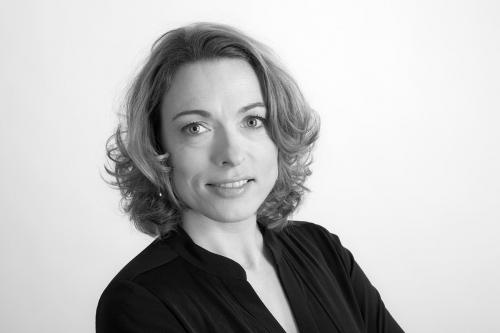 Photographie de portrait de femme en studio – Portrait en noir et blanc réalisé en studio mobile installé chez le commanditaire | Philippe DUREUIL Photographie