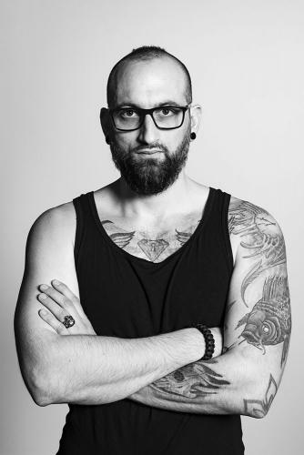 Portrait noir et blanc en studio de TraXX, batteur du groupe Veil of Mist | Philippe DUREUIL Photographie