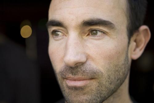 Portrait d'un homme brun qui porte une barbe de 3 jours | Philippe DUREUIL Photographie