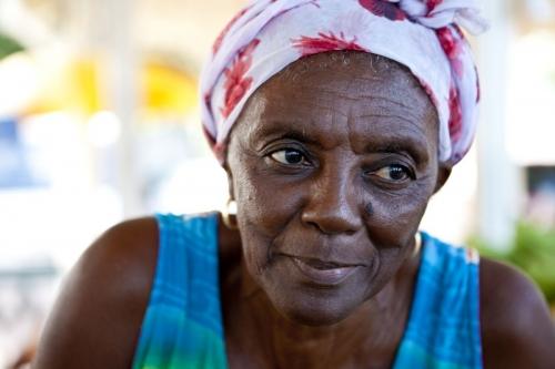 Portrait d'une commerçante Saint-Martinoise. Annonceur : Office du Tourisme de l'Île Saint-Martin. Agence : Horizon Bleu. | Philippe DUREUIL Photographie