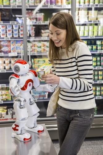 Une jeune femme achète des produits bio dans un supermarché. Elle est aidée par le robot Nao. Annonceur : SoftBank Robotics. Production photo : Agence Toma. DA : Aurélien Esquivet. | Philippe DUREUIL Photographie