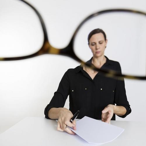 Production photo d'un portrait corporate avec la comédienne Perrine Blondel en studio à Paris | Philippe DUREUIL Photographie