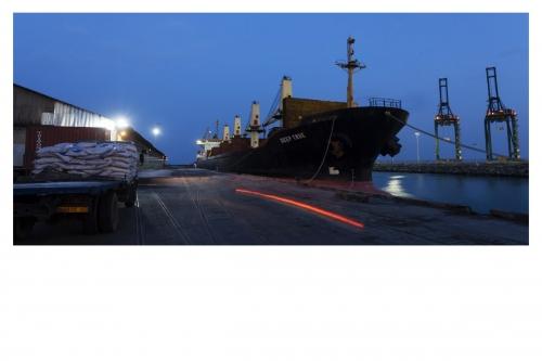Photographie industrielle réalisée pour le Groupe Necotrans à Lomé, Togo. Bateau à quai à la tombée de la nuit. | Philippe DUREUIL Photographie