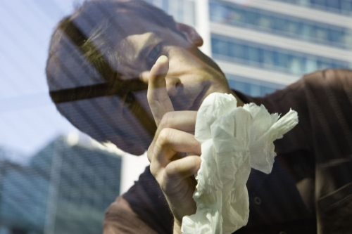 Homme en train de nettoyer son pare-brise | Philippe DUREUIL Photographie