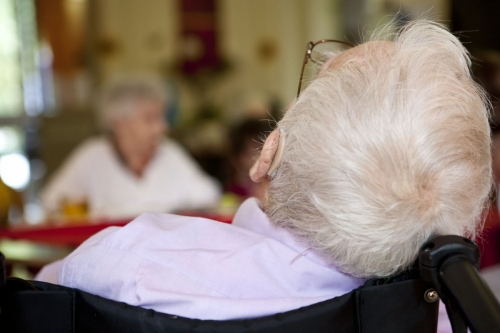 Homme dans son fauteuil roulant à la maison de retraite | Philippe DUREUIL Photographie