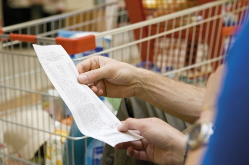 Pouvoir d'achat des ménages. Consultation du ticket de caisse après le passage en caisse | Philippe DUREUIL Photographie