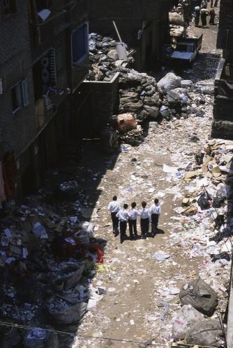 Écoliers dans la rue dans le quartier du Mokattam au Caire | Philippe DUREUIL Photographie