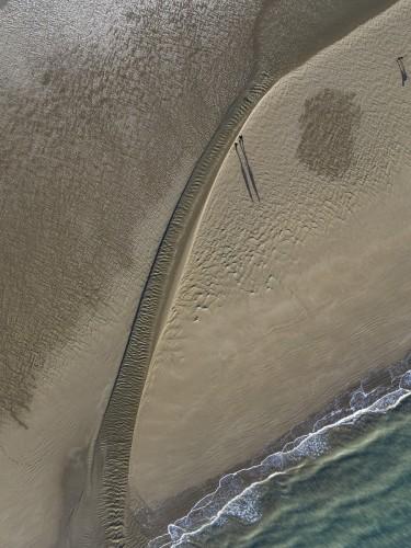 Promeneurs sur la plage à marée basse, photo aérienne graphique. | Philippe DUREUIL Photographie