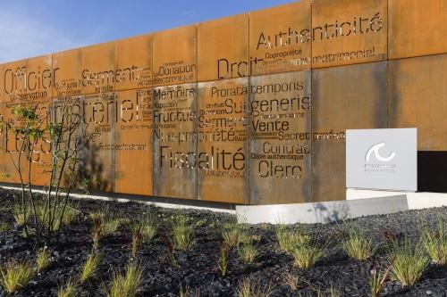 Photo d'architecture extérieure. Office notarial moderne conçue par l'architecte Thierry Bonne. | Philippe DUREUIL Photographie