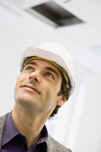 Photographie corporate de portrait d'un homme portant un casque de chantier. Agence : Thélème. DA : Brigitte Chenu. | Philippe DUREUIL Photographie