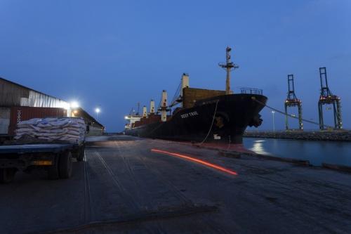 Photo corporate d'un navire à quai photographié dans une lumière entre chien et loup. | Philippe DUREUIL Photographie