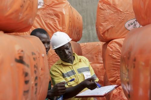 Photo corporate réalisée au Togo dans un entrepôt de balles de coton. Reportage photographique commandé par l'agence Wellcom pour le Groupe Necotrans. | Philippe DUREUIL Photographie