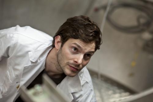 Portrait corporate en situation d'un chercheur en blouse blanche | Philippe DUREUIL Photographie