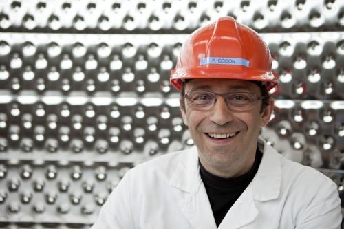 Photographie de portrait corporate d'un chercheur portant un casque de protection dans le cryostat au CEA de Saclay | Philippe DUREUIL Photographie