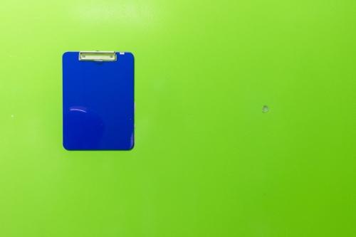 Photographie industrielle artistique d'un porte-bloc mural bleu sur un mur de couleur vert fluo. | Philippe DUREUIL Photographie