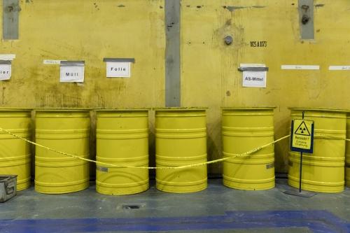Barils de déchets à la centrale nucléaire en déconstruction de Greifswald | Philippe DUREUIL Photographie