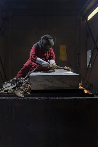Découpe au chalumeau d'une plaque d'acier contaminée à l'atelier de découpe de la centrale de Greifswald. | Philippe DUREUIL Photographie
