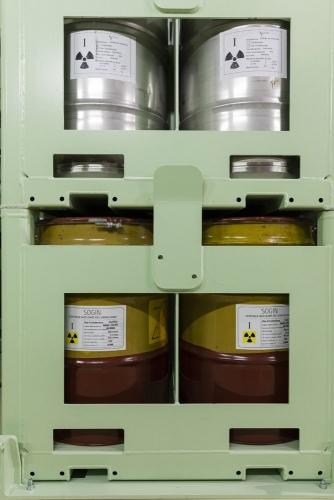 Stockage de barils de déchets radioactifs à la centrale de Garigliano. | Philippe DUREUIL Photographie