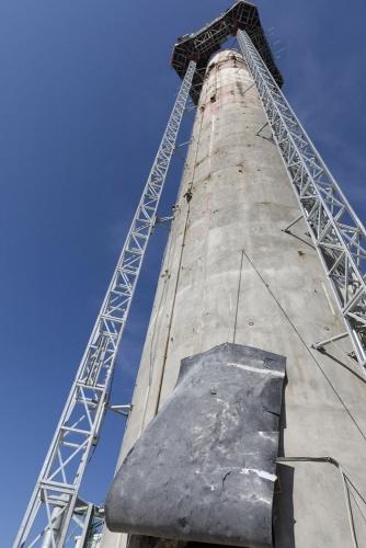 Déconstruction de la cheminée en béton après décontamination du conduit intérieur sur le chantier de démantèlement de la centrale de Garigliano. | Philippe DUREUIL Photographie