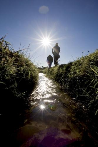 Canaux d'irrigation et randonneurs