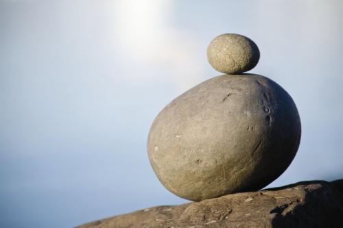 Galets en équilibre dans la nature. Photo destinée à illustrer le thème du développement durable. | Philippe DUREUIL Photographie
