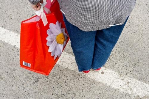 Femme avec un sac de course | Philippe DUREUIL Photographie
