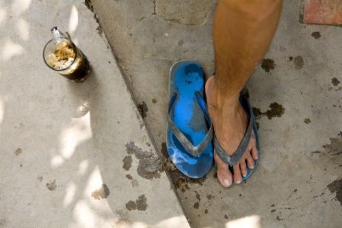 Un pied, 2 tongs et un café glacé | Philippe DUREUIL Photographie
