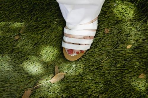Pied aux ongles vernis en rouge dans une sandalette blanche | Philippe DUREUIL Photographie