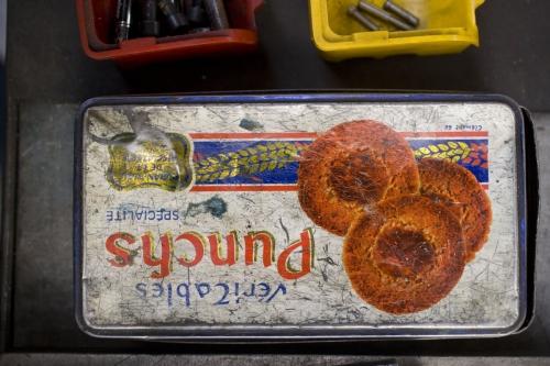 Boite de gâteaux en métal dans un atelier | Philippe DUREUIL Photographie