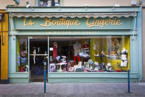 Vitrine d'une boutique de lingerie vintage en France | Philippe DUREUIL Photographie