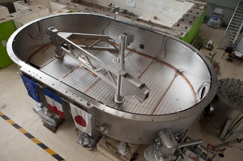 Vue en plongé du plus grand cryostat du monde dans un laboratoire de recherche du CEA à Saclay | Philippe DUREUIL Photographie
