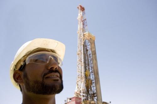 Opérateur devant un rig de forage en Algérie - Photo industriel d'un homme au travail réalisée pour GDFSUEZ | Philippe DUREUIL Photographie