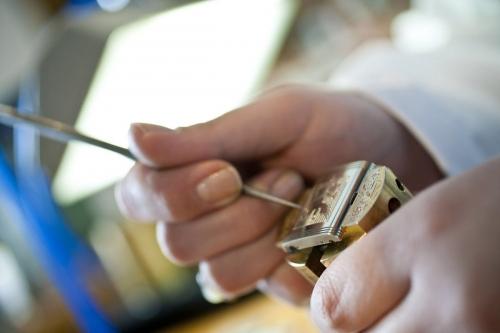 Photo industrielle d'un graveur au travail réalisé pour la Manufacture Horlogère Jaeger-LeCoultre. Gravure sur le boitier d'une montre Reverso. | Philippe DUREUIL Photographie