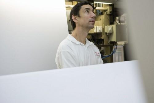 Photo industrielle - Contrôle qualité sur une ligne de production dans l'industrie
