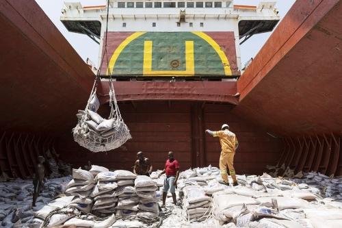 Photographie industrielle réalisée sur le port de Lomé au Togo pour le Groupe Necotrans. Déchargement d'un navire transportant du sucre. | Philippe DUREUIL Photographie