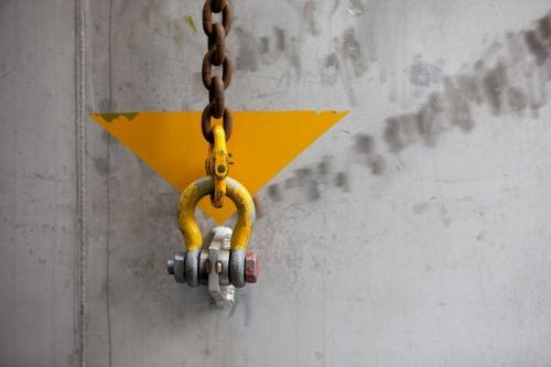 Photographie industrielle graphique en couleurs acier naturel et jaune vif d'une chaine et d'une manille | Philippe DUREUIL Photographie