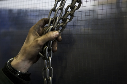 Main d'un travailleur dans l'industrie | Philippe DUREUIL Photographie