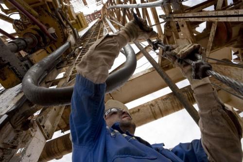 Photographie industrielle d'un homme au travail sur un rig de forage