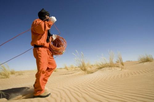 photographie Industrielle Prospection sismique dans le désert - Pose de géophones