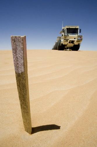 Photographie industrielle sur la  prospection sismique - Camion vibrateur dans le désert
