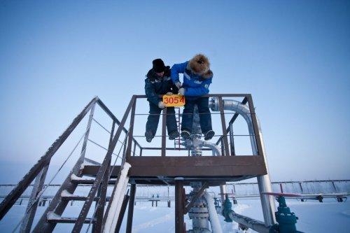 Reportage industriel hommes au travail dans la neige en Siberie