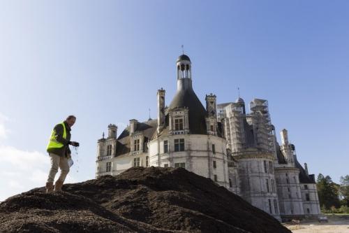 Le paysagiste Thierry Jourd'heuil sur le chantier des jardins à la Française du château de Chambord. Il faut contrôler la qualité de la terre végétale. | Philippe DUREUIL Photographie