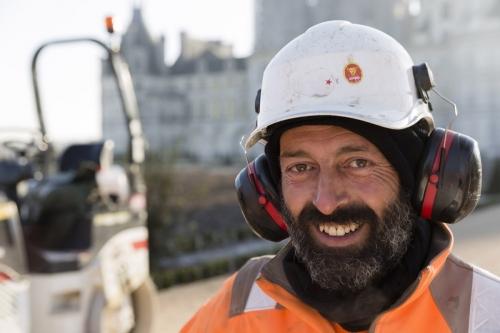 Photographie de portrait d'un ouvrier terrassier sur le chantier de restitution des jardins à la française du château de Chambord. | Philippe DUREUIL Photographie