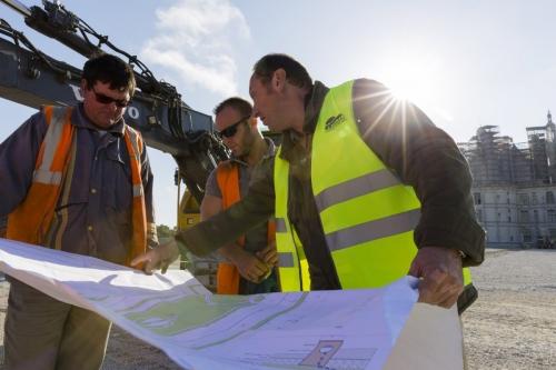 Le paysagiste Thierry Jourd'heuil en réunion de travail sur le chantier des jardins à la Française du château de Chambord | Philippe DUREUIL Photographie