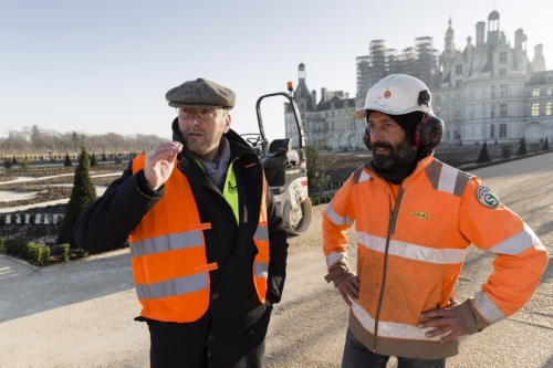 Le paysagiste Thierry Jourd'heuil en pleine discussion pendant une réunion de chantier dans les jardins à la Française du château de Chambord | Philippe DUREUIL Photographie